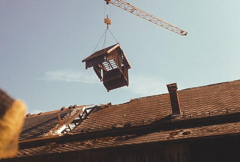 Dachstuhlsanierung mit Kran von Hattinger Holzbau GmbH in Schildorn
